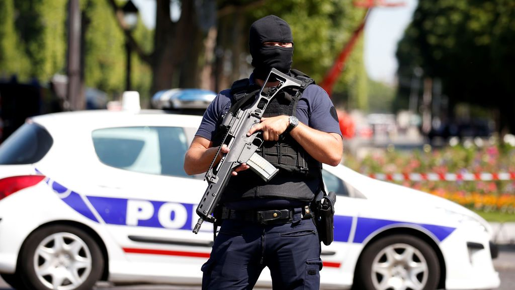 Un muerto y varios heridos en un ataque con cuchillo en el centro de París