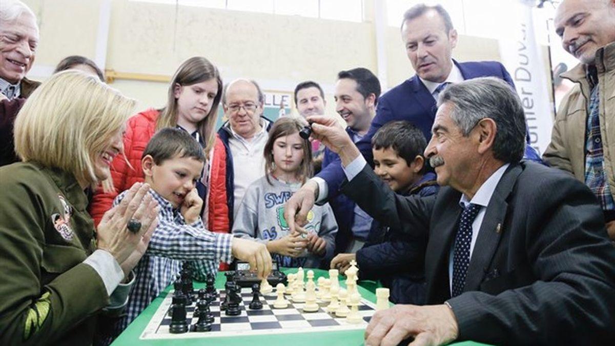 Revilla anima a los jóvenes a practicar el ajedrez como alternativa al botellón