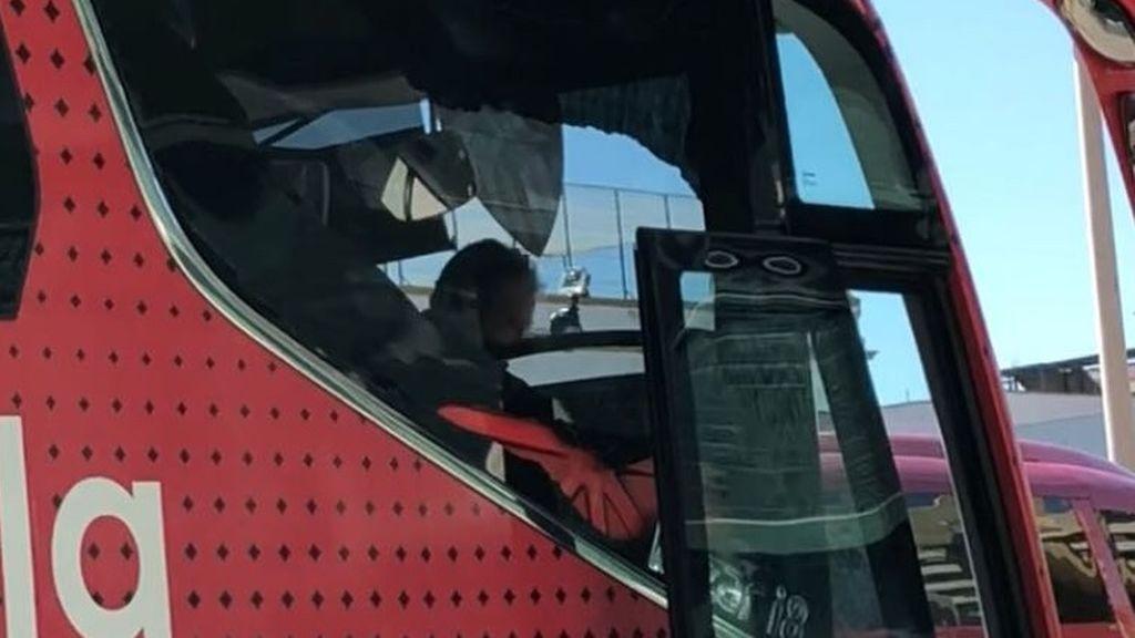 Un sevillista rompe por equivocación el cristal del autobús del Sevilla antes del derbi