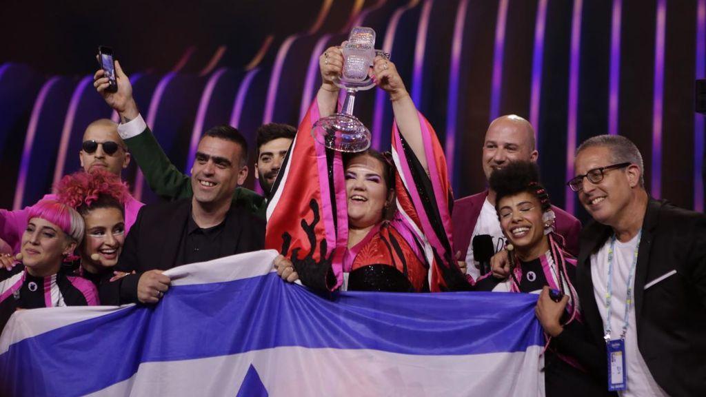 Netta levanta el micrófono de cristal tal ganar el Festival de Eurovisión 2018.