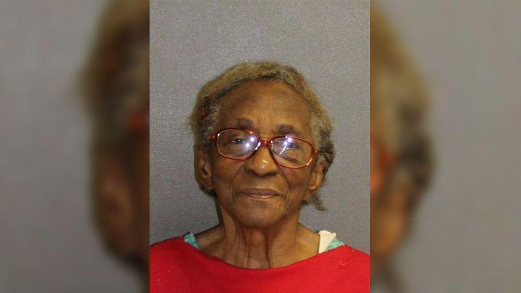 Detenida por pegar con una zapatilla a su nieta... ¡de 46 años!