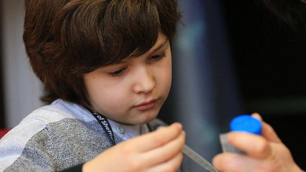 """Un niño con autismo sufre acoso y recibe """"el mejor regalo"""""""