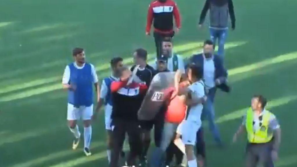 El Mérida se salva del descenso con dos goles en el descuento y se monta una vergonzosa batalla campal con jugadores del Córdoba B