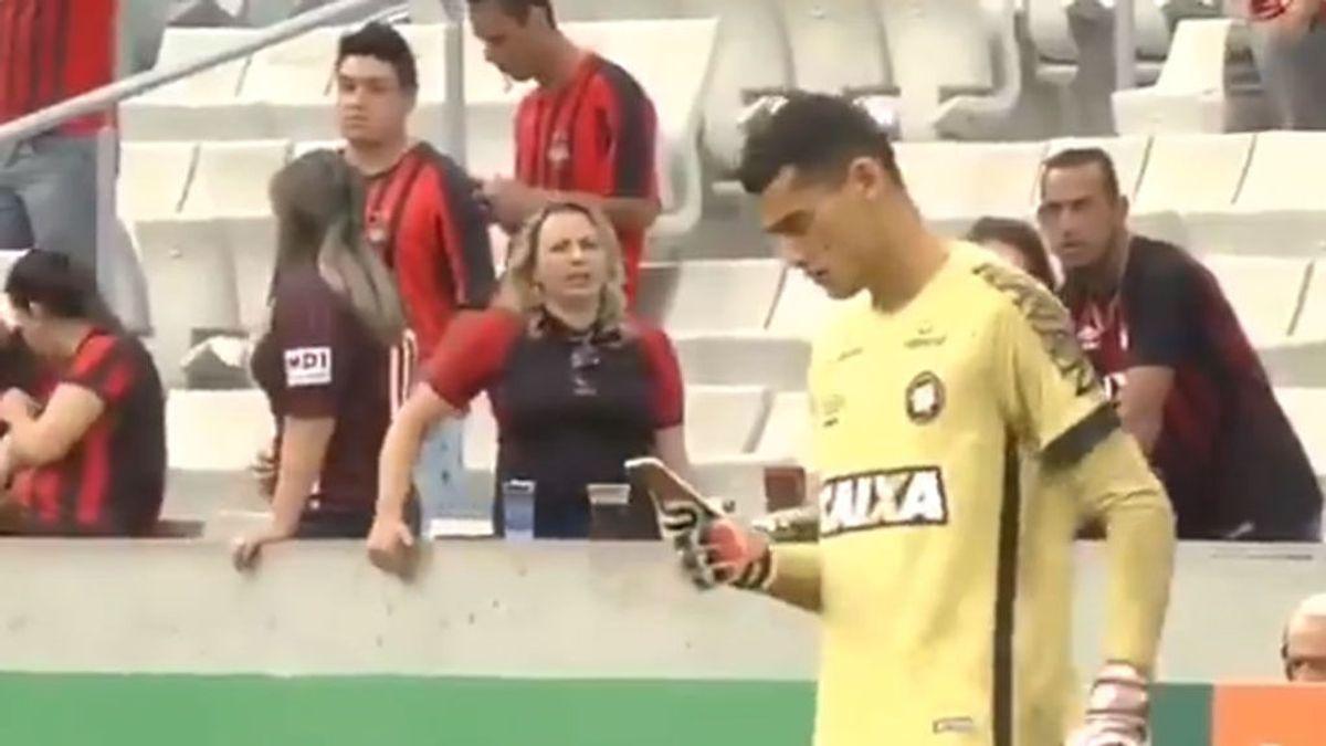 El motivo por el que un portero brasileño mira su móvil en medio de un partido
