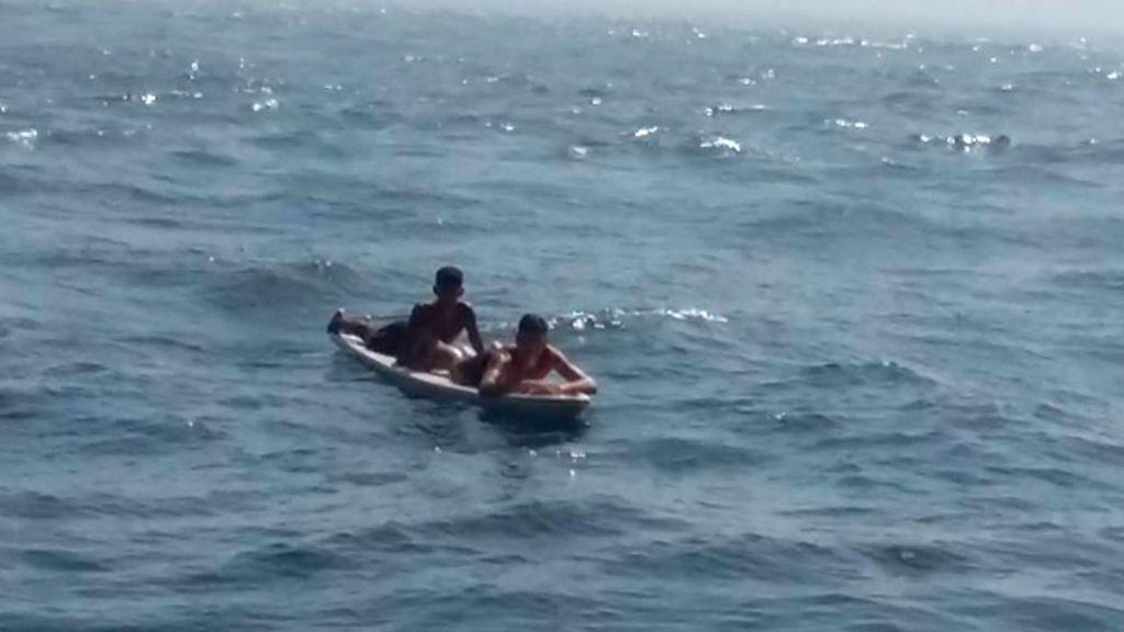 Rescatan a un joven que trataba de cruzar el Estrecho sobre una tabla de surf