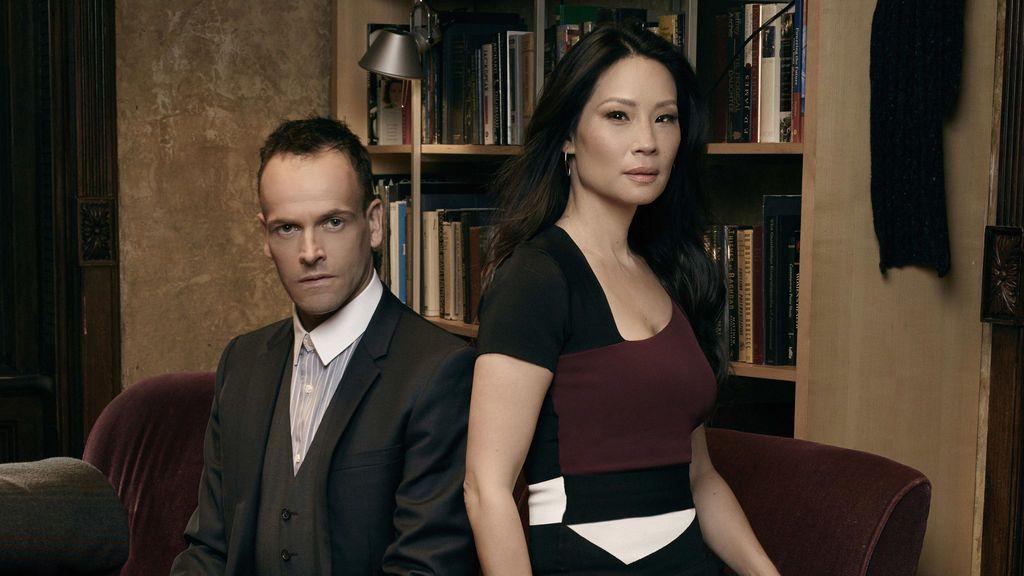 Jonny Lee Miller y Lucy Liu, Sherlock Holmes y Joan Watson, respectivamente, en 'Elementary'.