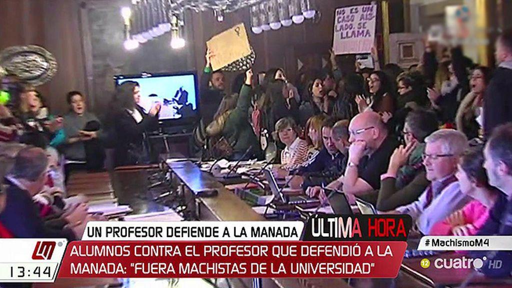 """Alumnos contra el profesor que defendió a 'La Manada': """"Fuera machistas de la universidad"""""""