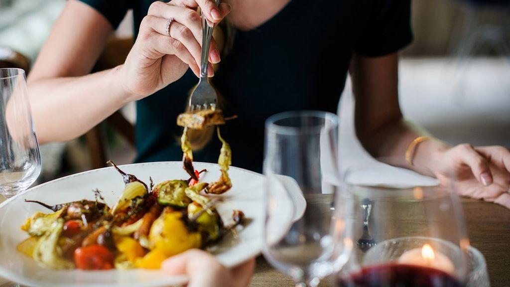 Un estudio revela que cenar a las tres de la tarde mejora notablemente la salud