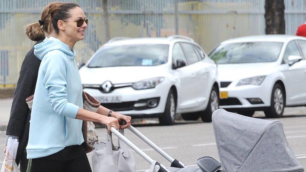 En chándal, gafas de sol y haciendo la compra: Eva González sale de paseo con el pequeño Cayetano