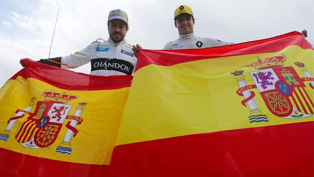 Alonso y Sainz celebran con la bandera de España la carrera de Montmeló, donde sonó durante dos minutos el himno de Cataluña