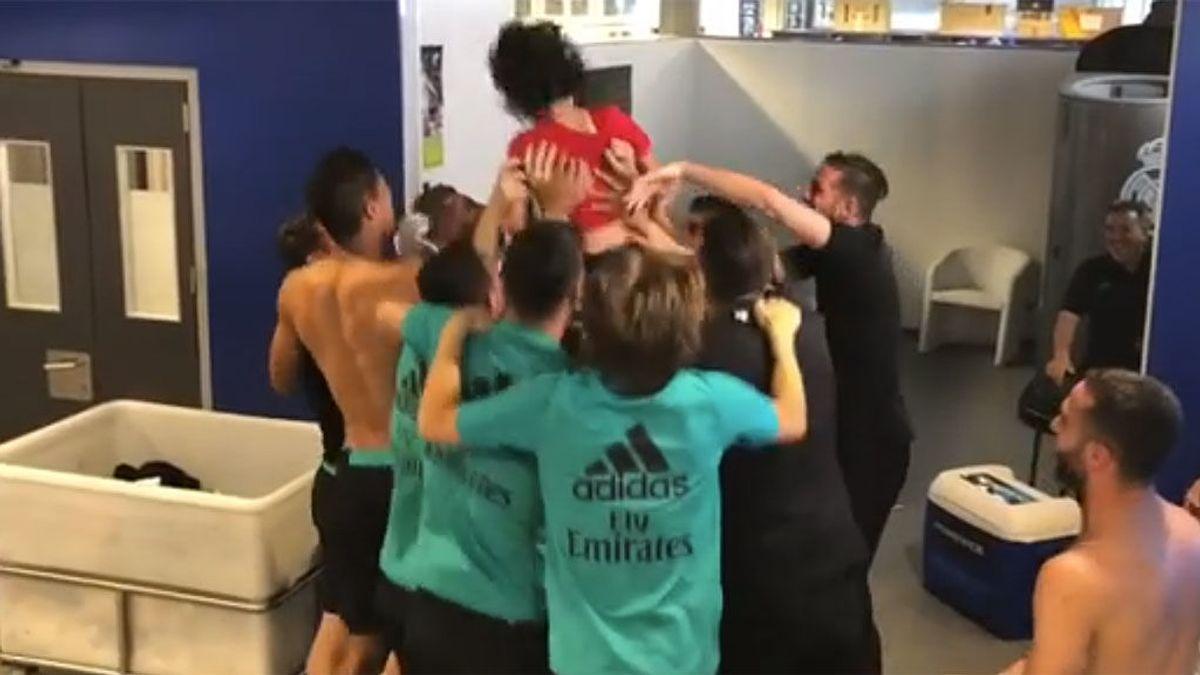 El hijo de Marcelo es manteado por el vestuario del Madrid tras cumplir un divertido reto