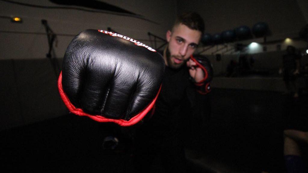 De cortar jamón en un restaurante para ganarse la vida, a luchador profesional de MMA con solo 22 años