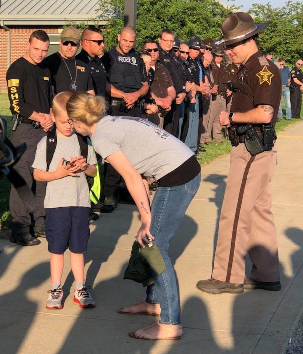 Su padre murió en acto de servicio: en su vuelta al cole, 70 policías escoltaron a Dakota