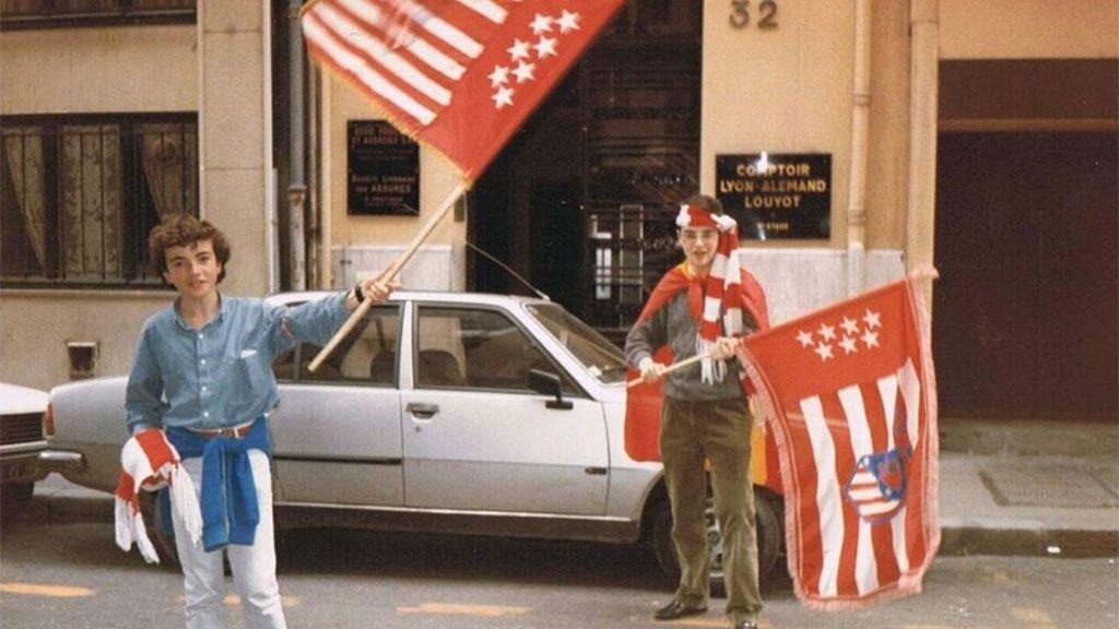 La imagen de dos aficionados Atléticos en Lyon… ¡32 años después!