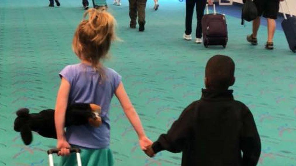 Dos niños se conocen en un vuelo y salen del avión de la mano