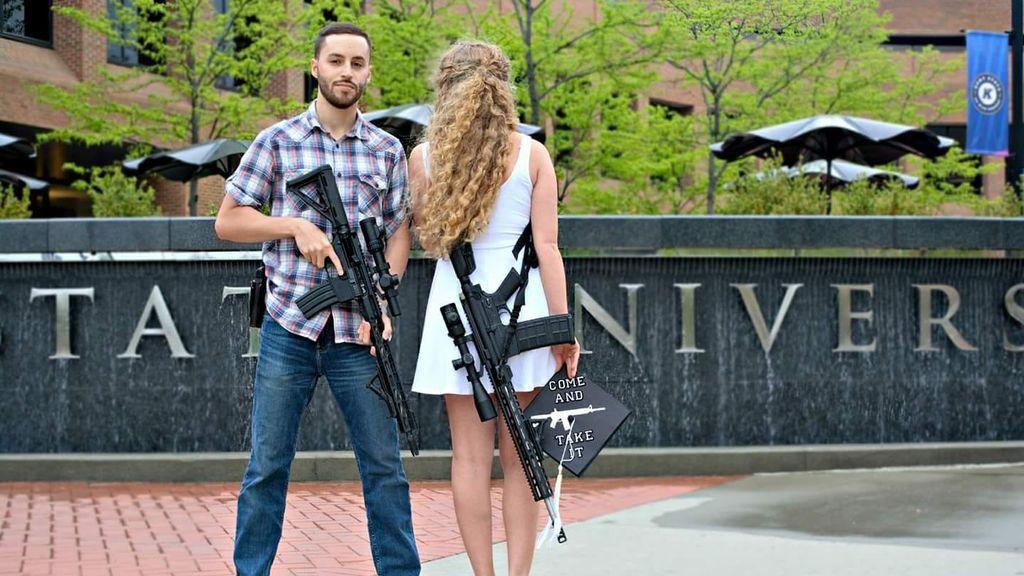 Una estudiante acude a su graduación vistiendo un precioso fusil de combate