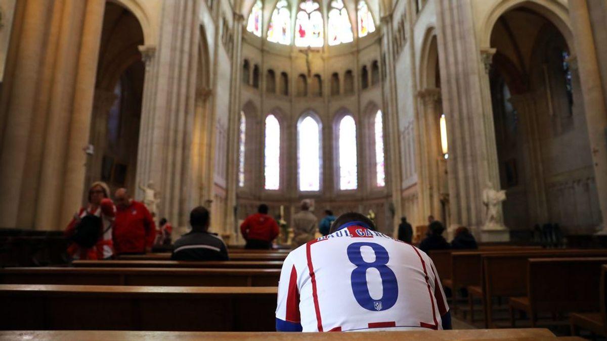 La imagen viral de un aficionado del Atlético rezando en la Catedral de Lyon antes de jugar la final