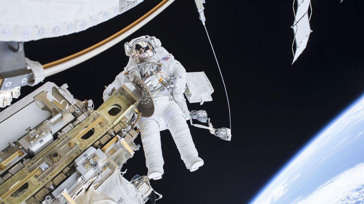 El astronauta Ricky Arnold comparte un selfi durante una caminata espacial
