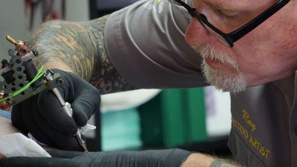 Le tatúan mal el nombre de su hijo y opta por cambiárselo