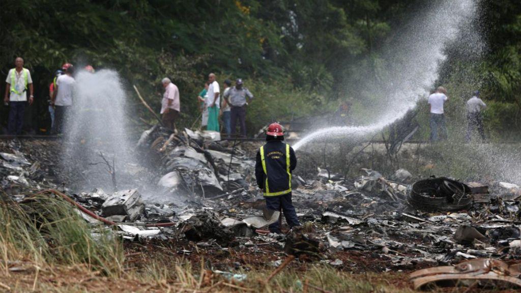 Varias dotaciones de bomberos trabajan por sofocar las llamas