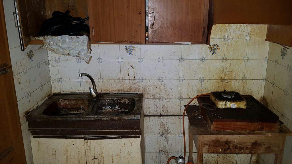 Así era la casa del acusado de tener encerradas a su mujer y a su hija