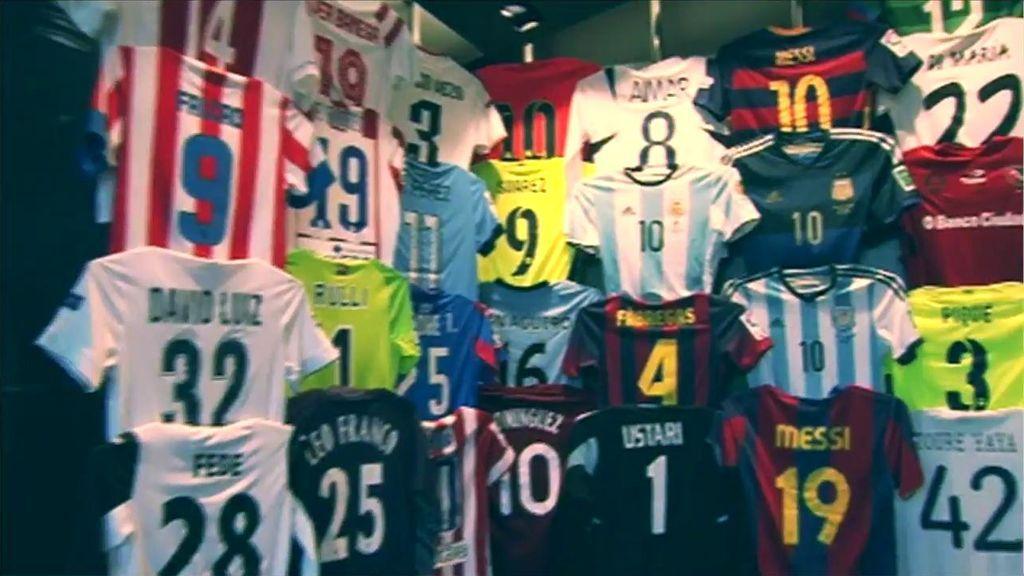 El museo VIP de camisetas que Leo Messi tiene en su casa  Casillas ... ffc065b6aafae