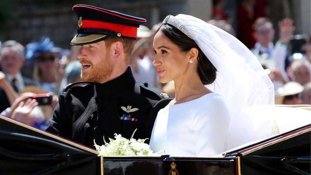 Harry y Meghan, ya marido y mujer (y Duques de Sassex) pasearon en carruaje por los alrededores de la capilla