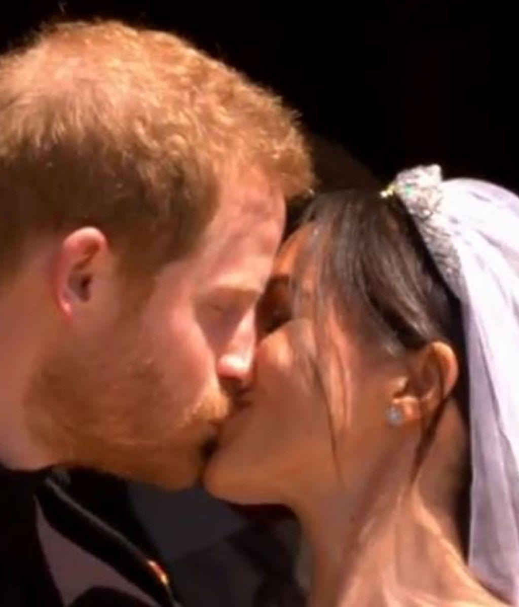 Que se besen, que se besen: la multitud pidió beso a la salida de la boda de Meghan y Harry, y lo hubo