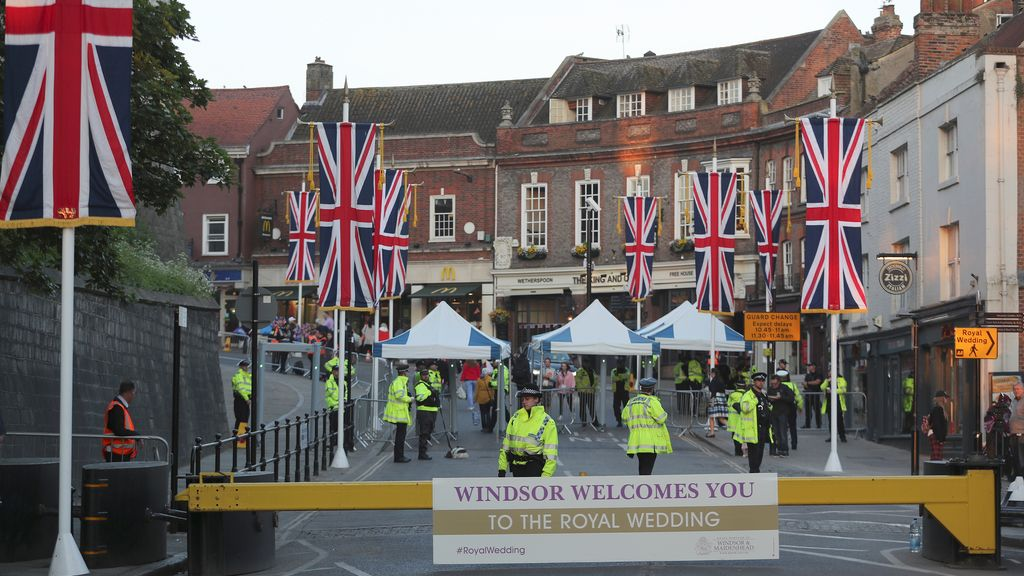 La sociedad coge sitio en las calles para ver la boda real de Harry y Meghan