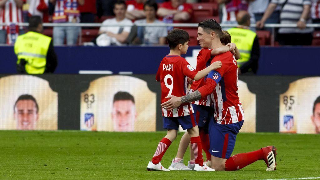 Los hijos de Fernando Torres no aguantan la emoción al ver cómo el Metropolitano despidió a su padre