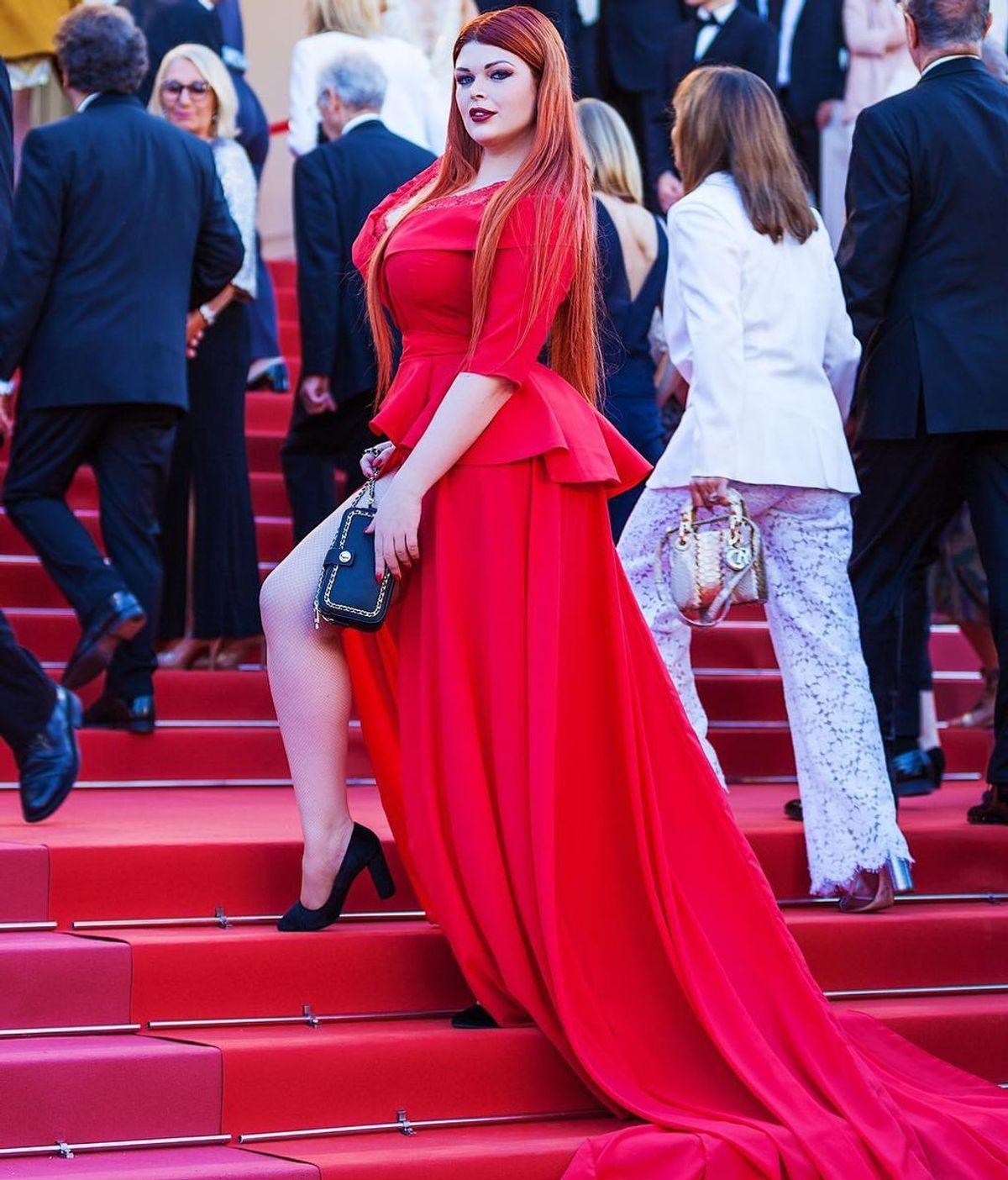 La falda de una modelo rusa se desprende en plena alfombra roja en Cannes