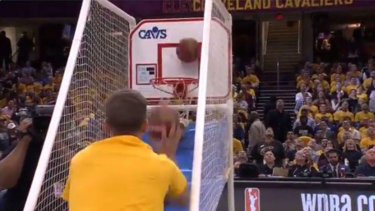 Increíble: El aficionado de los Cavaliers que asombró a todo el pabellón con sus 79 canastas consecutivas