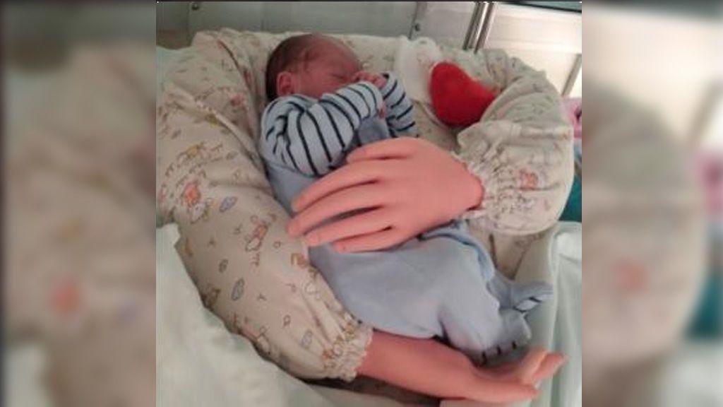 Crean un prototipo de brazos articulados para simular el abrazo de padres a recién nacidos