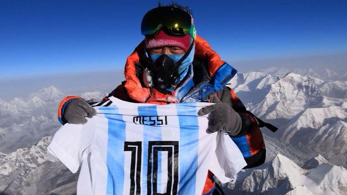 Un alpinista corona el Everest con la camiseta de Messi y... se lleva la felicitación del delantero