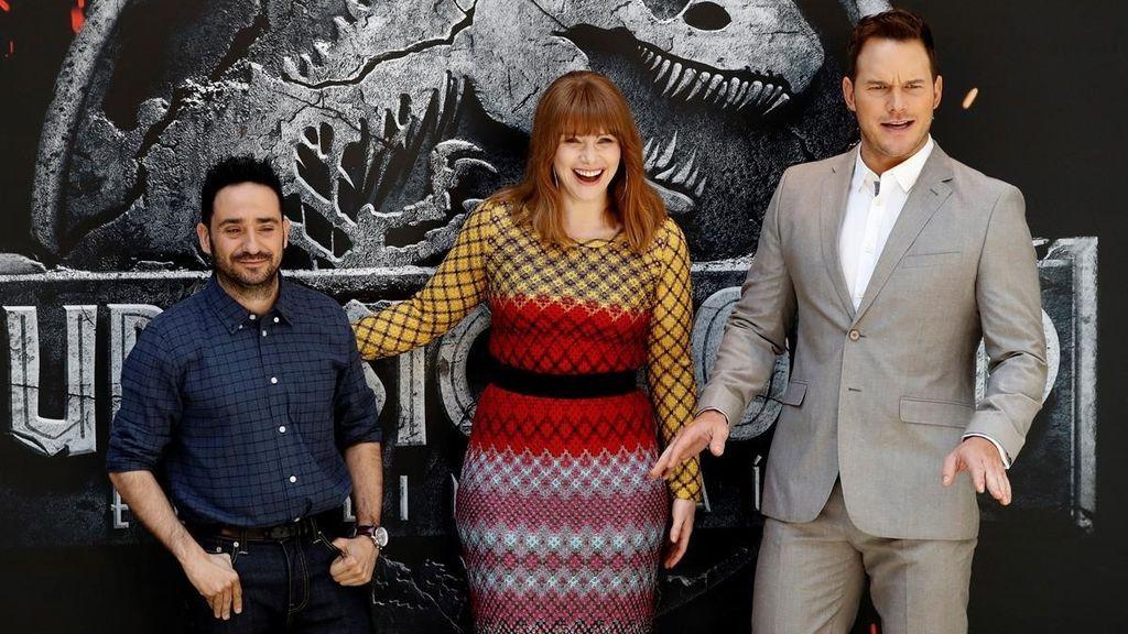 J. A. Bayona, Bryce Dallas Howard y Chris Pratt, en la presentación en Madrid de 'Jurassic world: el reino caído'.