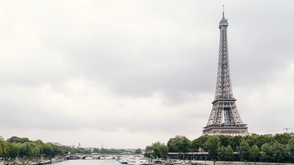 El 'primaverno' francés: París se tiñe de blanco por el granizo y la Torre Eiffel de pararrayos