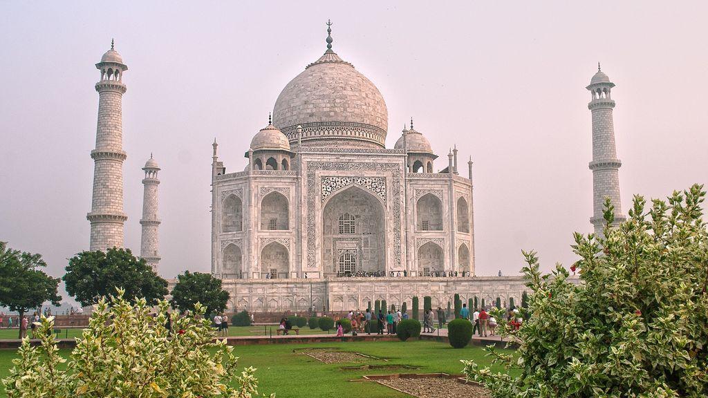 La contaminación de Agra (India) vuelve verde y amarillo al emblemático Taj Mahal