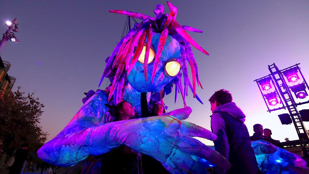 Marioneta gigante luminosa en Sidney