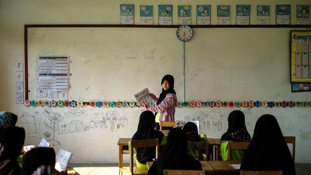 Niñas tailandesas acuden a clase