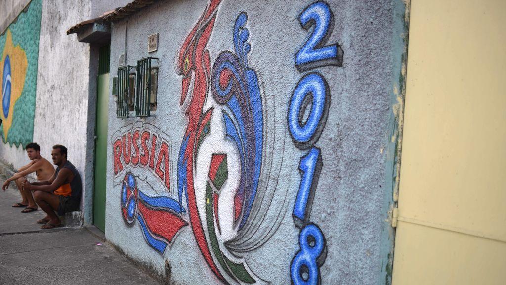 Río de Janeiro llena sus calles de grafitis sobre los mundiales para preparar la Copa del Mundo de Rusia