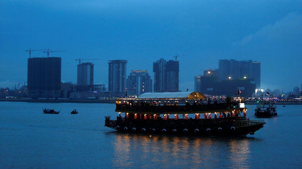 Un barco navega por el río Tonle Chaktomuk
