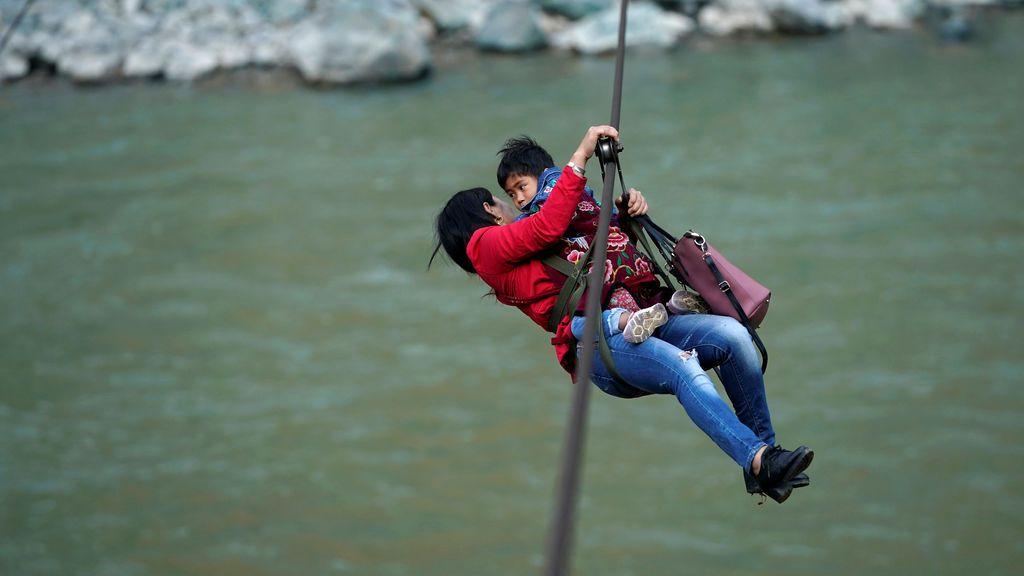 Madre e hija utilizan la tirolina para salir de casa en China