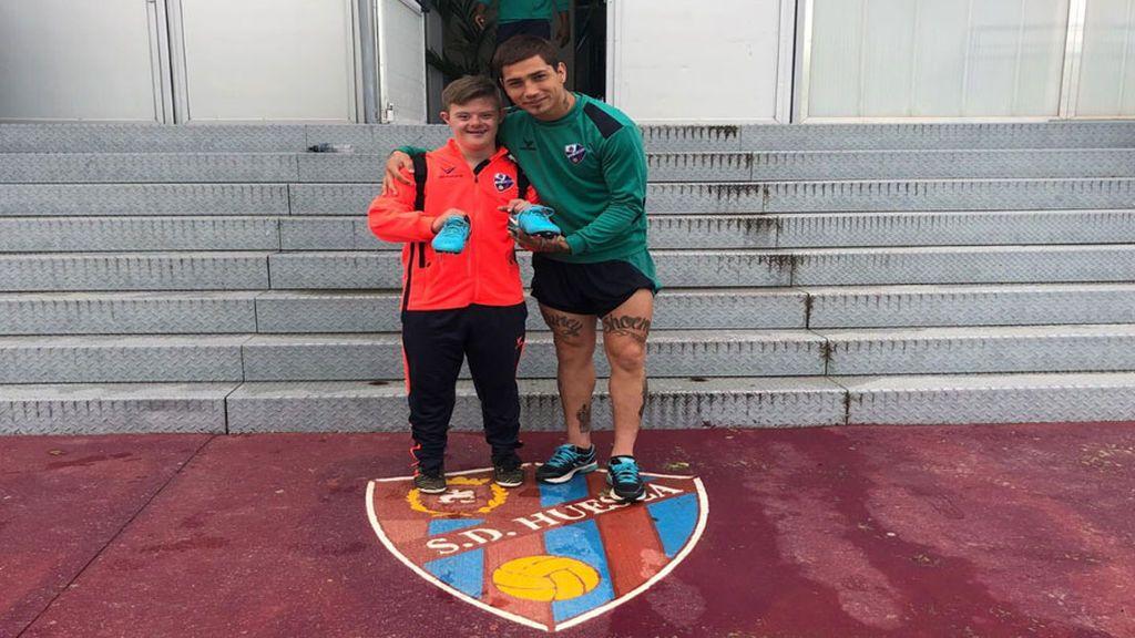 Un gesto de primera: el delantero del Huesca, Chimy Ávila, regala sus botas a un jugador de la Liga Genuine