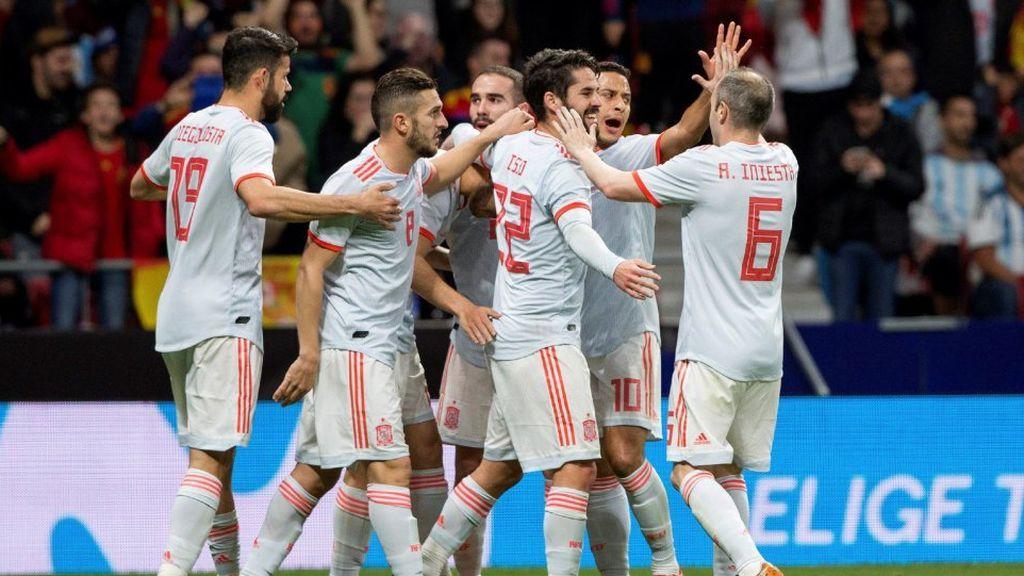 Los jugadores de la Selección Española celebran el gol de Isco Alarcón ante la Selección de Argentina el 27 de marzo de 2018.