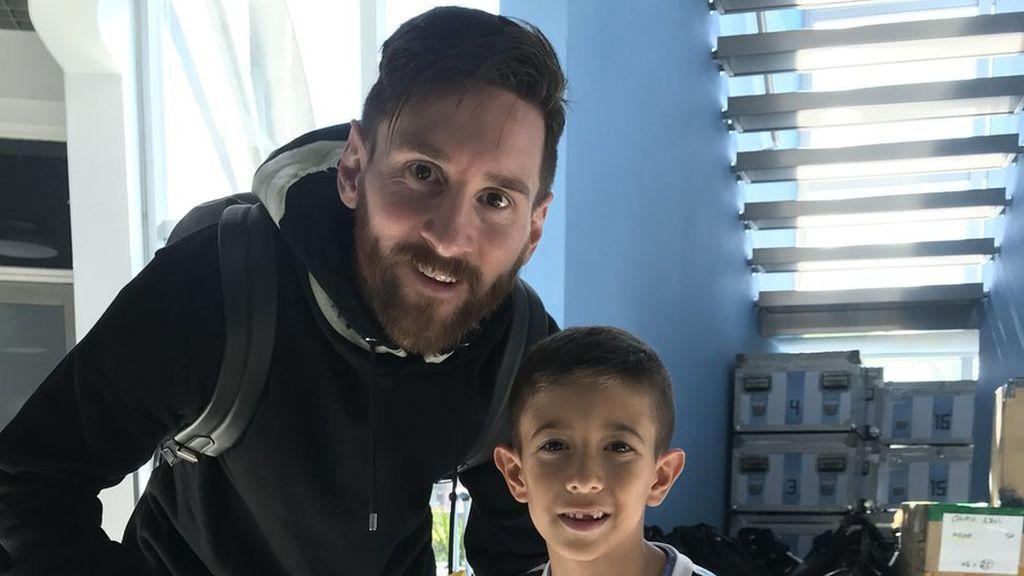 Un niño de seis años le entrega a Messi una emotiva carta para el Mundial