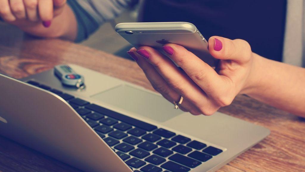 El móvil le graba una conversación y se la manda a un contacto