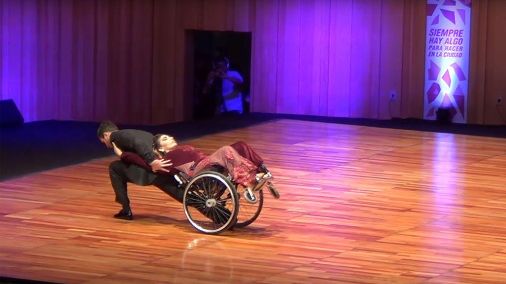 Adapta los ocho pasos básicos del tango a la silla de ruedas para ...