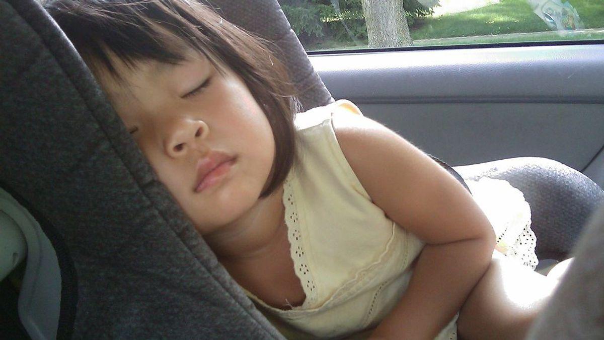 Un niño, encerrado en un coche, moriría en una hora al sol y en dos a la sombra