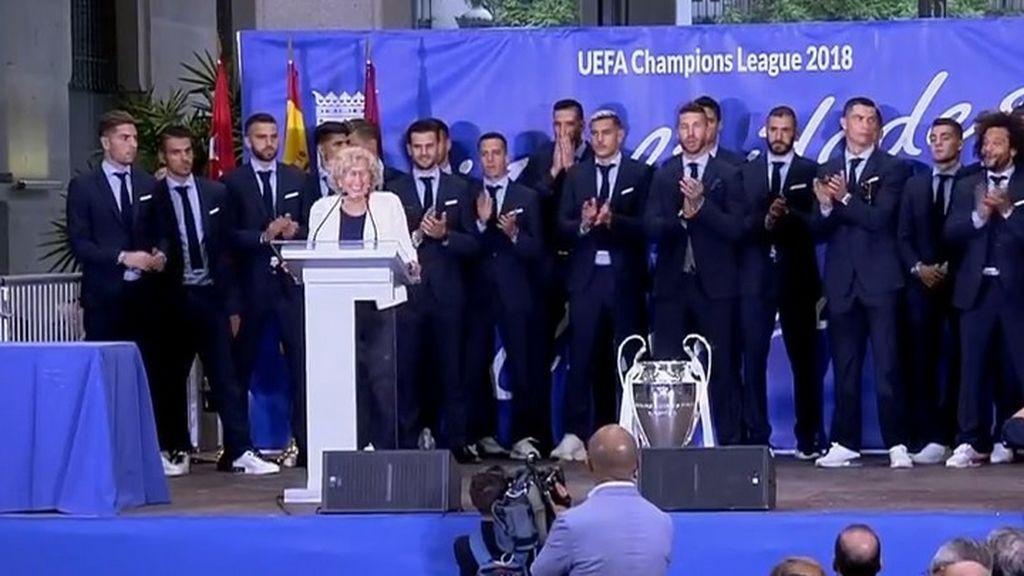 Manuela Carmena vuelve a regalar medallas de chocolate a los jugadores del Real Madrid y la plantilla lo celebra como otra Champions