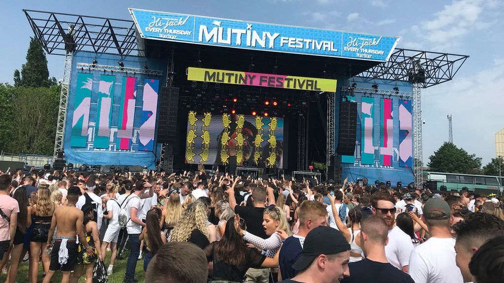 Mueren dos personas en un festival de música en Inglaterra, que ha sido cancelado